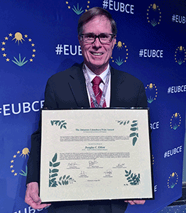Elliott Receives Linneborn Prize for Biomass Research